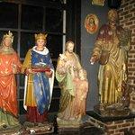 Гипсовые статуи  украшают весь интерьер