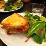 Délicieuse tartine cocorococo : poulet mariné au gingembre, œufs, tomates, fromage...