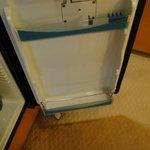 Porta do frigobar que estava sujo por dentro