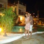 Área da piscina do hotel a noite...
