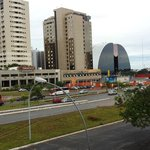 Ao fundo o Shopping. Alcançável a pé (uma exceção em Brasília)