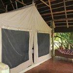 Zelt mit stabiler Überdachung