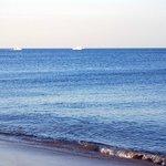 playa con arena negra y agua no transparente