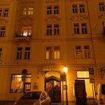 Questo è l'hotel visto dall'esterno, notare il Golem di fronte alla porta d'ingresso