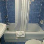 Salle de bain exiguë et sale
