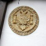 Escudo de pared alusivo al establecimiento
