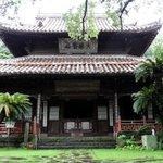 木造の趣がある寺院です。