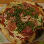 pizza a l'italienne charcuterie italienne gorgonzola mozzarelle roquette et pignons...