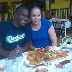 Feliz con mi esposa y buena comida