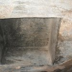Um nicho onde a múmia era colocada em posição sentada após a preparação do corpo