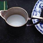 Creen normal, pedir un te, y que traigan la lechera sucia, y con la leche enganchada de otro ser