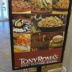 ホテル内のトニー・ローマ