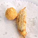 Polpettina fritta al curry ed alice fritta ripiena di prosciutto e mozzarella.  2 grandi classi