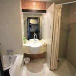 angenehmes sauberes Bad mit Dusche UND Wanne