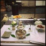 Dulces y productos típicos marroquíes como recibimiento a la llegada al riad