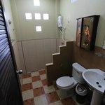 C 10 - das Bad ist  netter als es auf dem Foto wirkt
