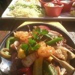Fajitas mit Rind, Huhn, Scampi und Paprika und Zwiebeln