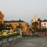 Largo em frente ao hotel, com vista para São Pedro Claver