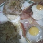 Tapa de lomo, y jamón serrano con huevo de codorniz