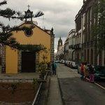 plaza aledaña con ermita