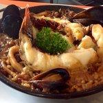 paella de langosta y mariscos