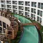 Kat 1 deki balkonu havuza açılan odalar