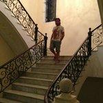 La scalinata che porta ai piani