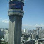O hotel fica num Centro Comercial ao lado desta torre