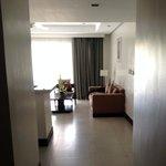 вид из коридора на огромную гостиную