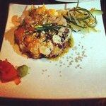 Sakana Tataki (mix de pescado, camarones y pulpo con aceite de sésamo, cebollín y jengibre fresc