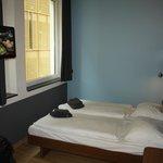 Улучшенный номер с двуспальной кроватью и дополнительным диваном вполне просторен