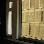Вид из номеров, окна которых выходят на паркинг
