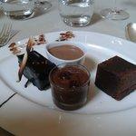 quatuor de chocolat dont un gâteau avec des baies roses (merveilleuse découverte gustative !)