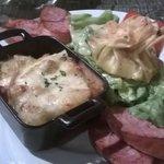 Morbiflette, saucisse de morteau, trio de fromage en brick et salade