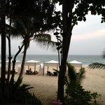 Это вид на пляж и море с виллы