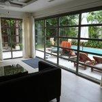 Wohnraum mit Blick zur Terrasse / Pool