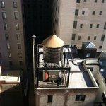 """Вид в окно на """"небоскребы Манхэттена"""""""