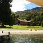 Vista playa y hosteria desde el lago
