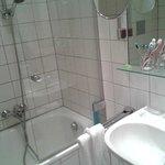 vasca con doccia e grande lavabo