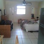 habitación grande, salón cocina y cama