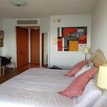 quarto com cama gigantesca