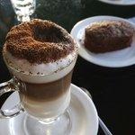 Capuccino Doble con Brownie