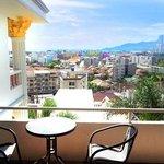 Aussicht auf die Stadt Patong vom Balkon des Zimmers