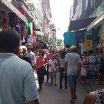 Una de las colorida calle del mercado