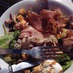 La salade cote 2000 et ses petits croutons de supermarché ! Idem jambon je pense ! La honte !