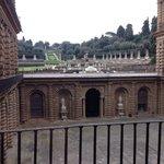 visione del Giardino di Boboli e cortile di Palazzo Pitti da una finestra della Galleria Palatin