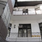 Внутренний дворик с лестницей и балкончиками