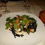 Tagliolini neri con seppioline, rucola e mollica fritta
