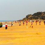 pécheurs tirants leurs filets le matin sur la plage