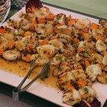 Spiedini di pesce alla griglia con seppie e gamberoni